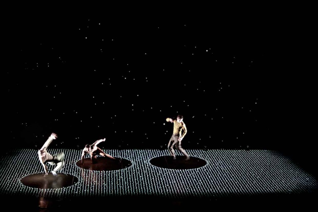 Pixel-Dance-Performance-Meets-Interactive-Digital-Projection-Yellowtrace-03