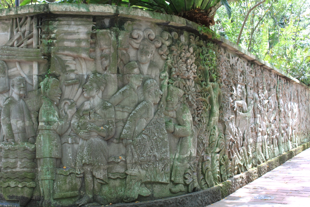 Carved_mural_on_a_wall_in_Fort_Canning_Park,_Singapore_-_20100507