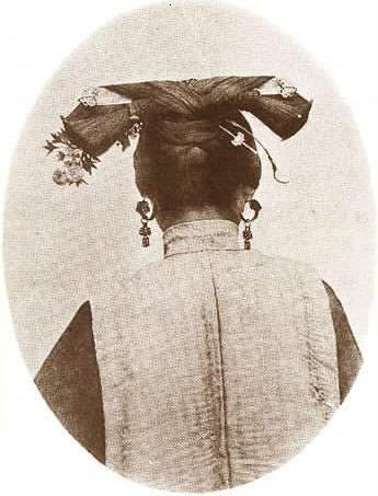 Qing Dynasty girl with Bianfang in her hair image source: http://blog.sina.com.cn/s/blog_4ed625590100c8gw.html last access 8th September 2016
