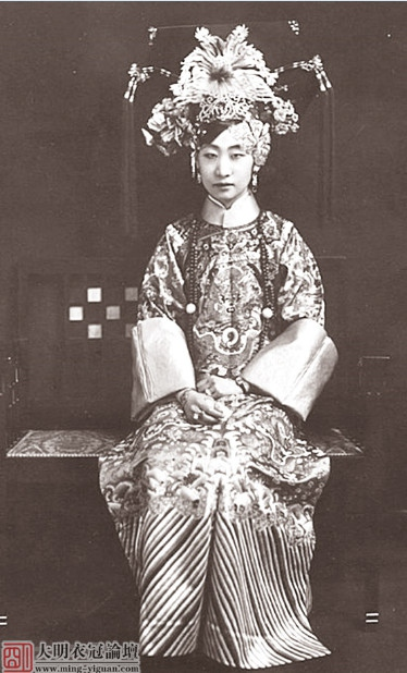 Girl with elaborated Qi Tou, late Qing/early mordern China image source: https://www.zhihu.com/question/28122982 last access 8th September 2016