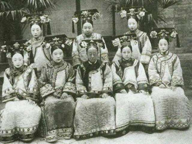 Photo of Emperor's wives of Qing Dynasty image source: http://www.nownews.com/n/2013/04/24/266032 last access 6th September 2016